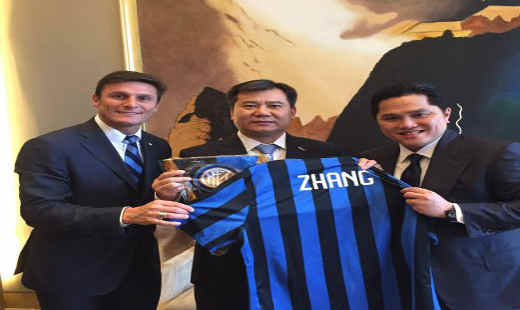 Inter Milan's president Erick Thohir (right) pose with Suning Commerce Group Co Ltd Zhang Jindong (centre) and the club's vice-president and former player